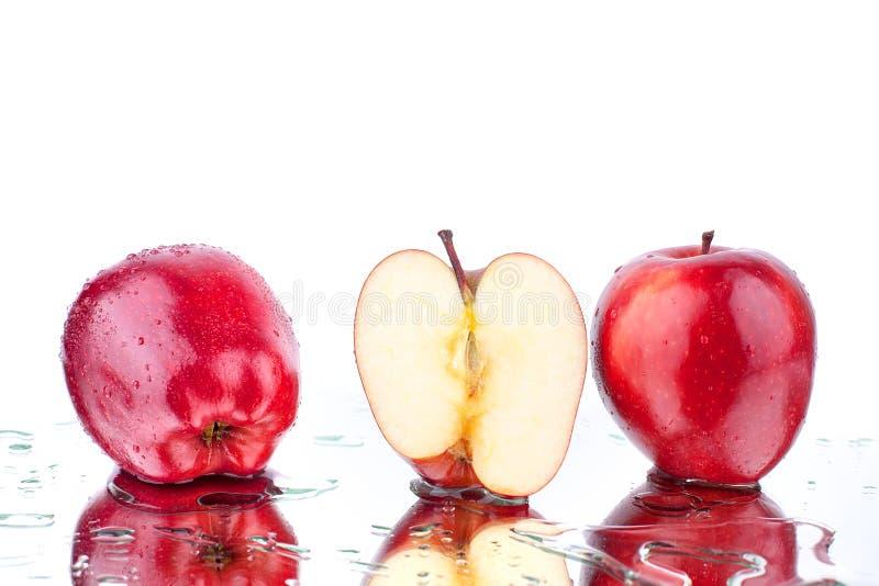 红色苹果不同的侧视图整个苹果和cutted在白色背景宏指令的被隔绝的关闭 免版税库存图片