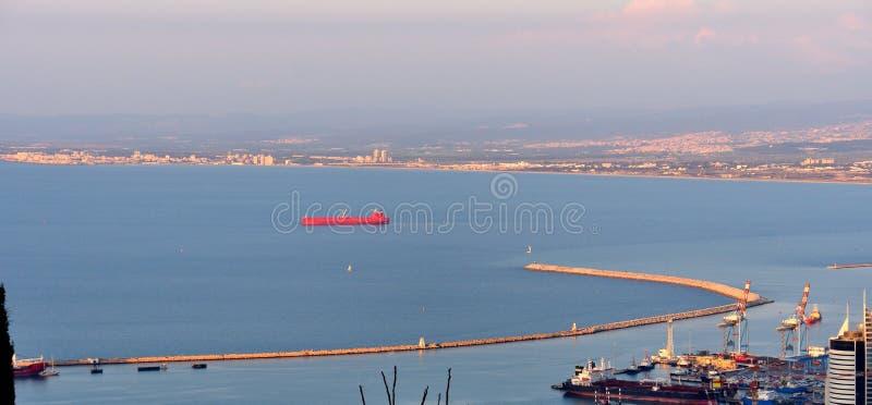 红色货船在海法湾 免版税库存照片