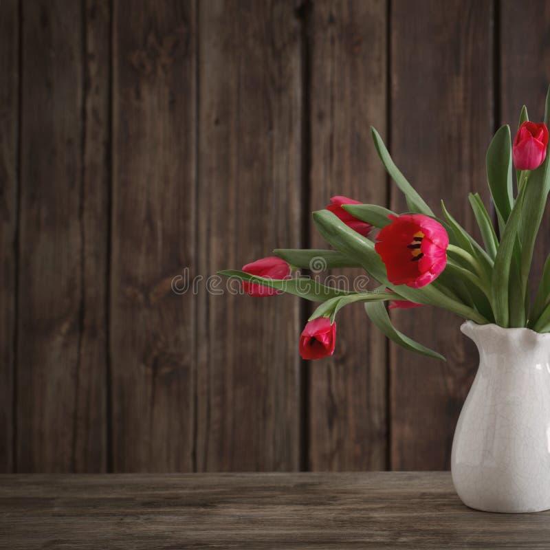 红色郁金香花束在木背景的 库存照片
