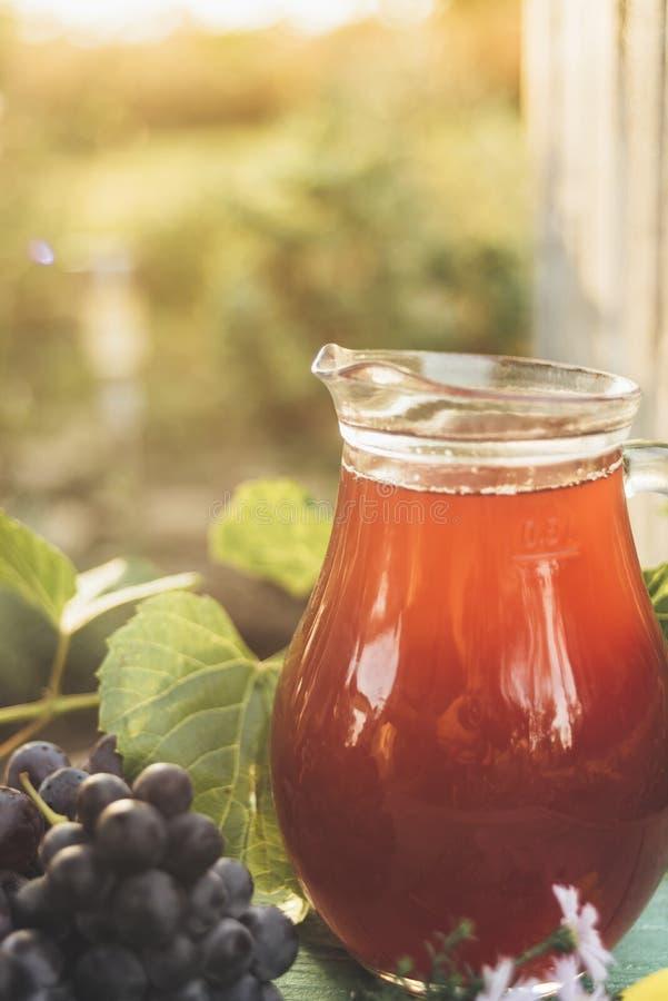 红酒玻璃水瓶与一束葡萄的 库存照片
