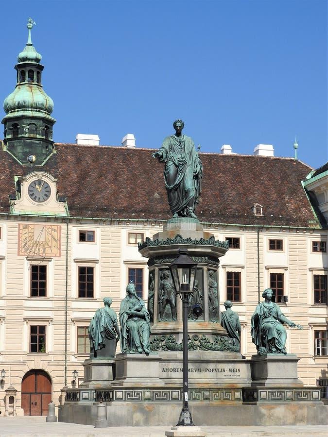 纪念碑在Hofburg皇家宫殿露台在维也纳,奥地利 免版税库存照片