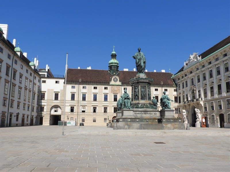 纪念碑在Hofburg皇家宫殿露台在维也纳,奥地利 图库摄影