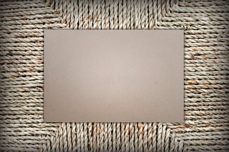 纸板形状长方形在柳条筐背景  文本的空间 库存图片