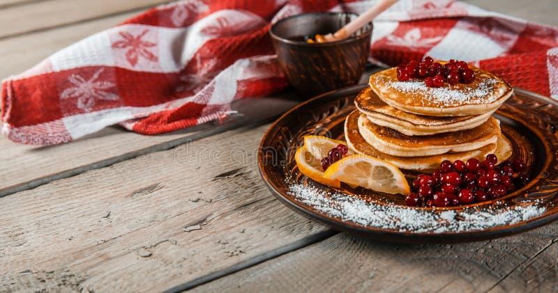 经典美国薄煎饼用蜂蜜 库存照片