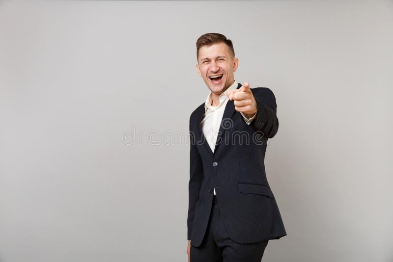 经典衣服的,衬衣笑的年轻商人取笑某人的,指向在被隔绝的照相机的食指  免版税库存照片