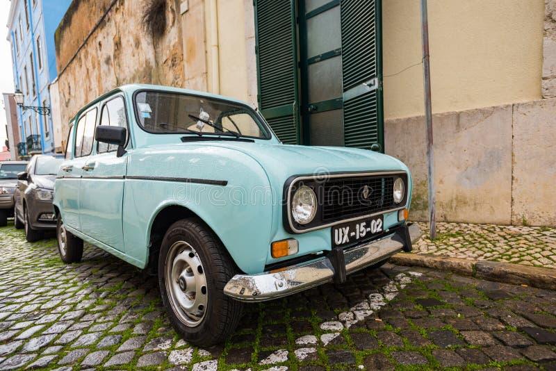 经典葡萄酒汽车Quatrelle Vert:1980年在城市R4 TL停放的雷诺 免版税库存图片