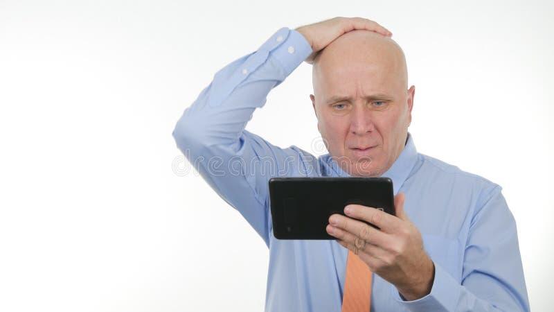 经理在触板读了财政坏消息并且姿势示意失望 免版税库存图片