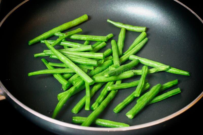绿豆准备好烹调在煎锅 绿豆接近的看法在煎锅的 免版税库存图片