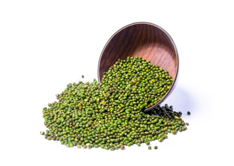 绿豆,在木碗的绿色moong dal 绿色绿豆并且知道当蒙季Dal,moong或者绿色克beansVigna Radiata Pakist 免版税库存图片