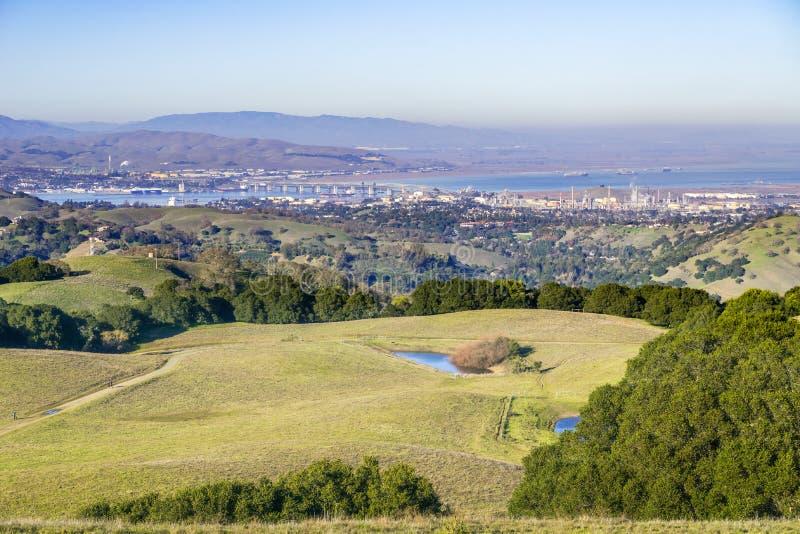 绿色在Suisun海湾在背景中,康特拉科斯塔县,旧金山的绵延山在布里奥内斯地方公园和污染 免版税库存图片