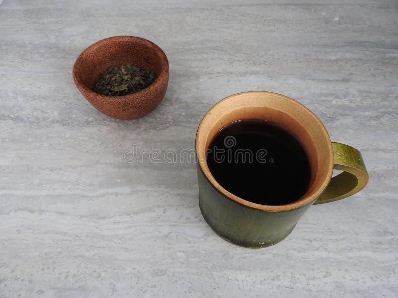 绿色竹圆筒咖啡杯,从竹子的自然产品,有山景背景 库存照片