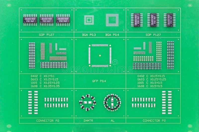 绿色电子电路板pcb的关闭计算机或设备的 库存图片