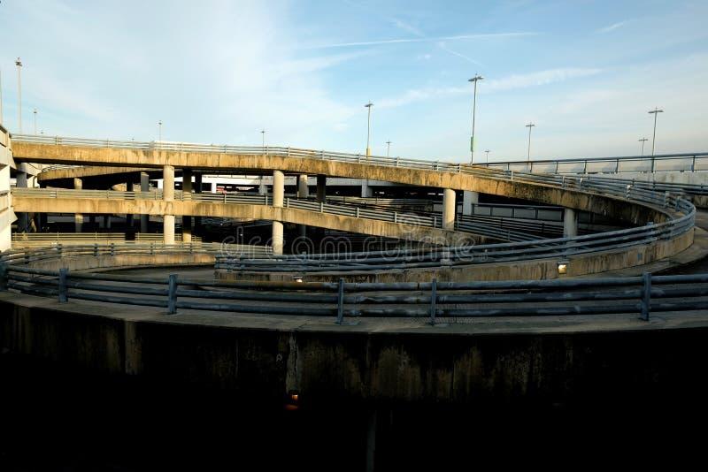 绞的停车场舷梯在机场 免版税图库摄影