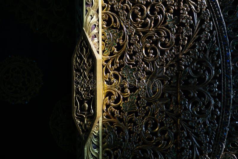 结构上详细资料大梁玻璃购物中心被反射的购物 特写镜头传统泰国艺术细节射击在蓝色寺庙的进口的在清莱 免版税库存图片