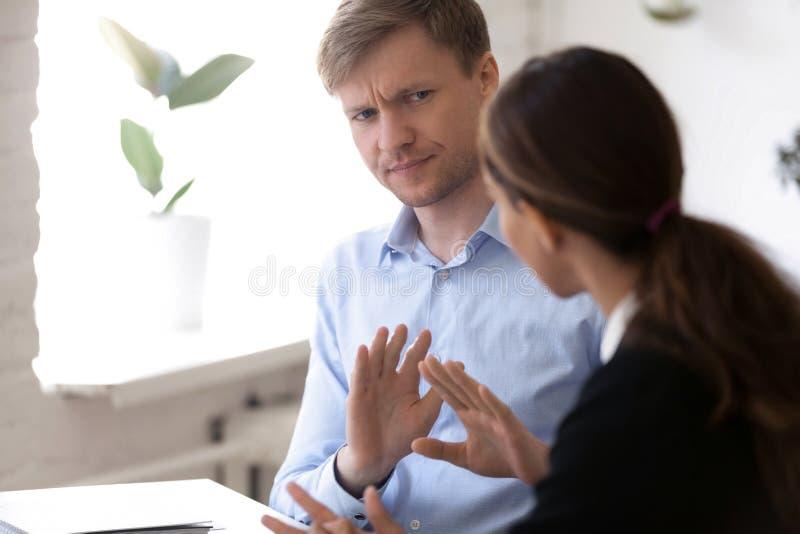 组长被激怒的人不同意同事女性 免版税图库摄影