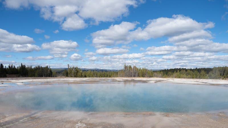 细刨花喷泉火山口在黄石国家公园 库存图片