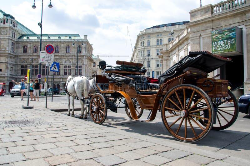 维也纳,奥地利- 2013年7月15日:在街道上的用马拉的支架在维也纳 库存照片