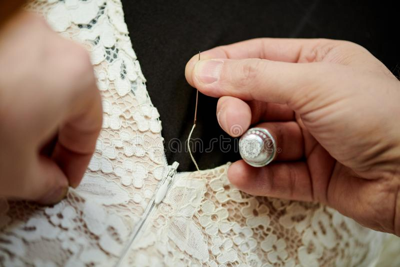 缝合的婚礼礼服 免版税库存图片