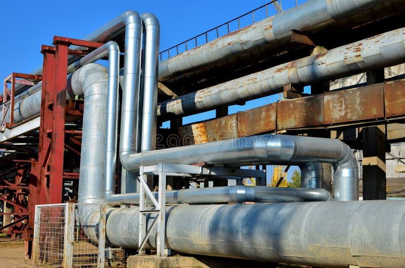 缆绳和管子在一个热电厂 图库摄影