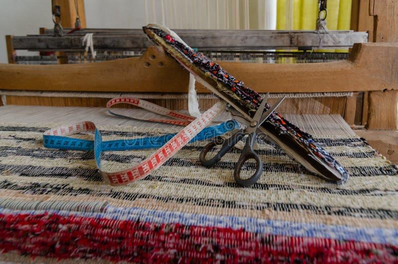 编织在一台手摇纺织机的布料地毯在土耳其 免版税库存照片