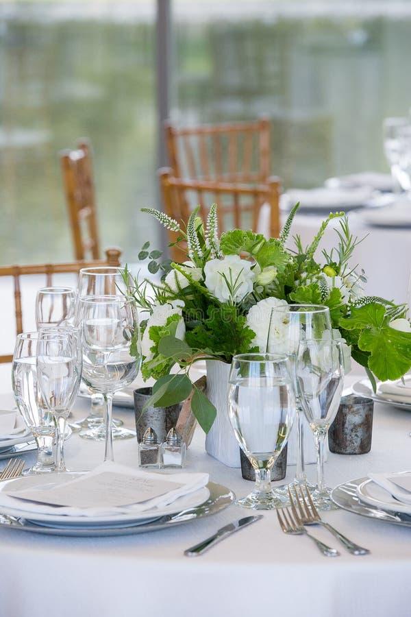 罚款的用餐在一个花梢承办宴席的事件的-婚礼桌系列婚姻的桌集合 免版税库存图片