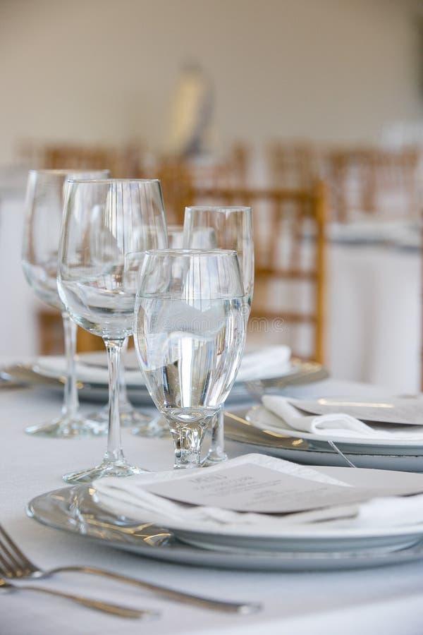 罚款的用餐在一个花梢承办宴席的事件的-婚礼桌系列婚姻的桌集合 免版税库存照片