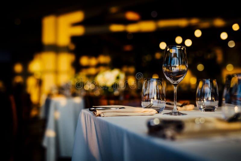 罚款用餐与的和玻璃器皿的,美好的被弄脏的背景豪华桌设置2019年 对事件,婚礼 准备f 免版税图库摄影