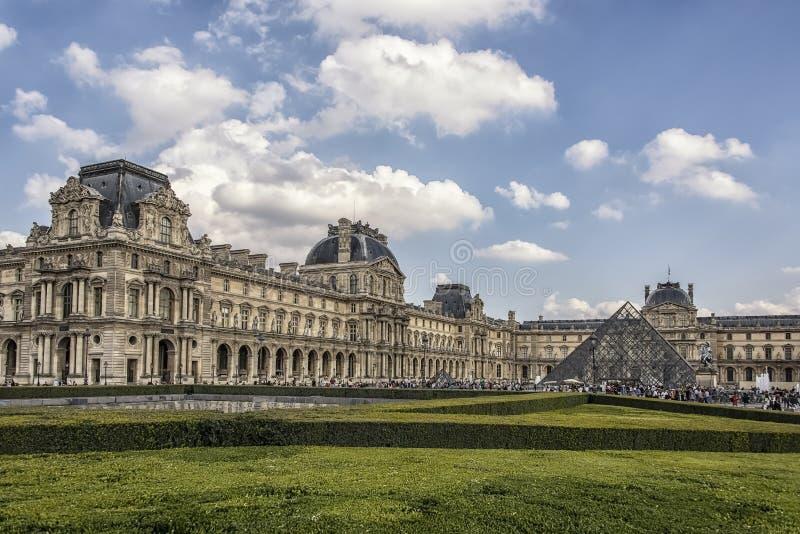 罗浮宫自白天在巴黎,法国 免版税库存图片