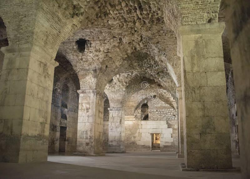 罗马帝国皇帝Diocletian分裂的宫殿地下墓穴 使用作为一个摄制的地点为王位电视剧比赛  库存图片