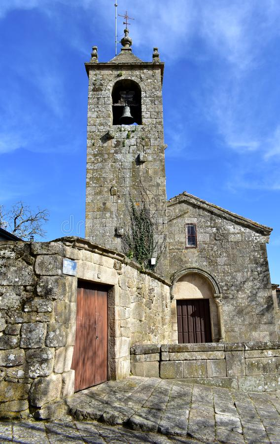 罗马式中世纪圣埃斯特万教会 门面、钟楼和被成拱形的门 阿利亚里斯,奥伦塞,西班牙 免版税库存照片