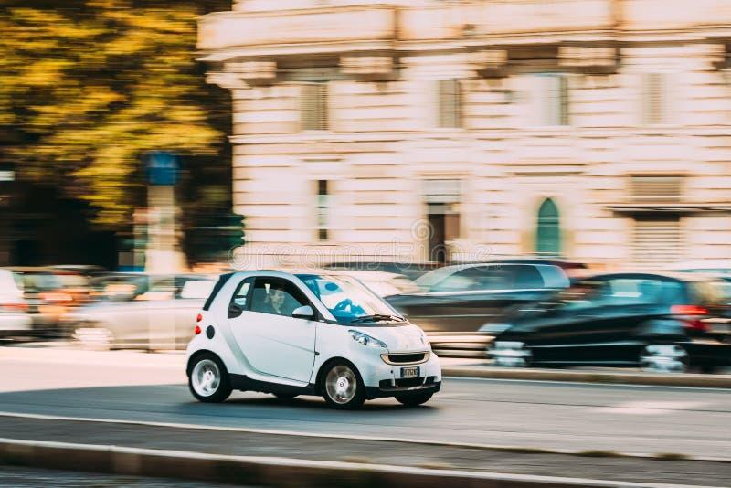 罗马,意大利- 2018年10月21日:移动在街道的第二代W451白色巧妙的Fortwo汽车  库存照片