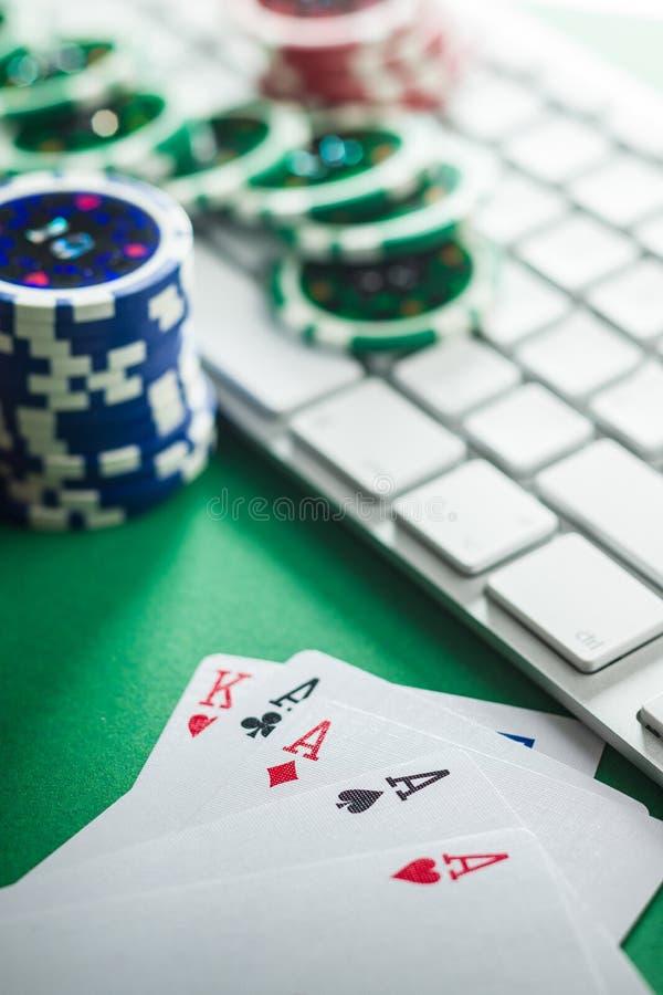 网上扑克牌游戏的概念 啤牌卡片和键盘 库存图片