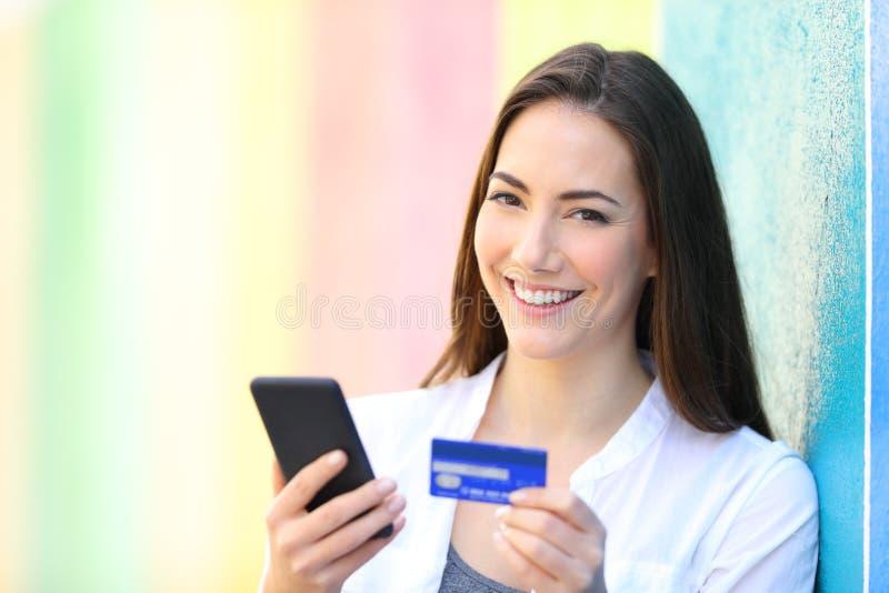 网上顾客藏品电话和卡片看您 库存照片