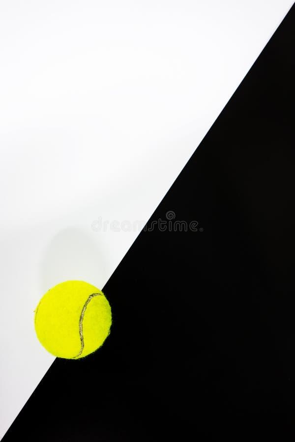 网球在黑白背景中 库存例证