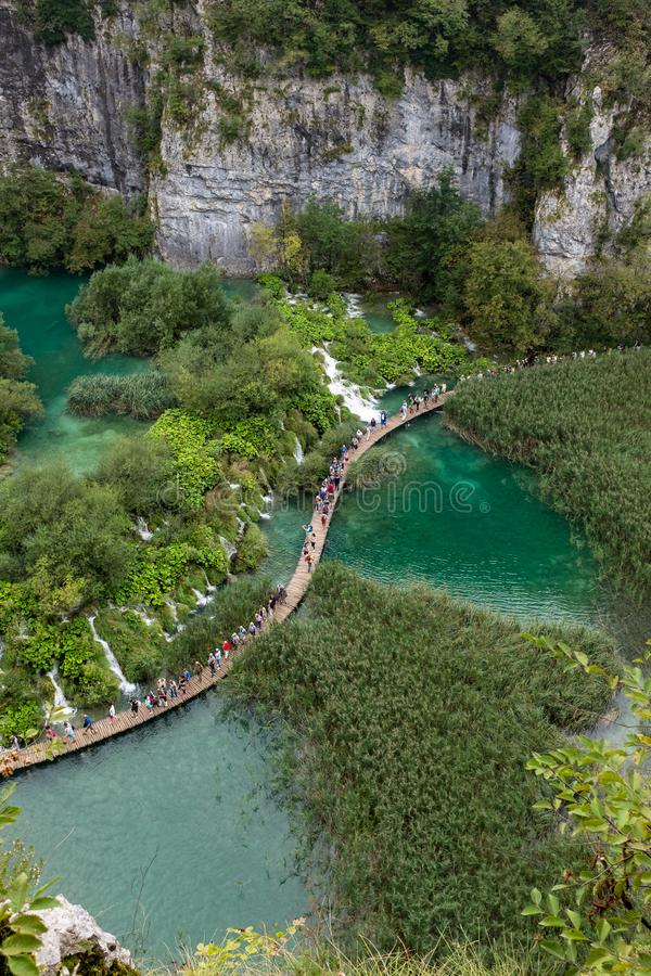 美丽和惊人的Plitvice湖国立公园,克罗地亚,宽广的步行的空中射击与人的 库存照片