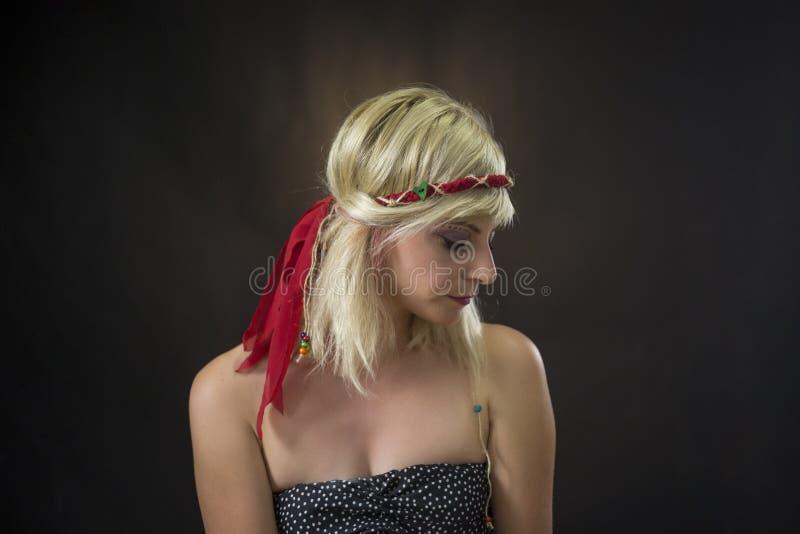美丽的年轻女人佩带的嬉皮头饰带画象  免版税图库摄影
