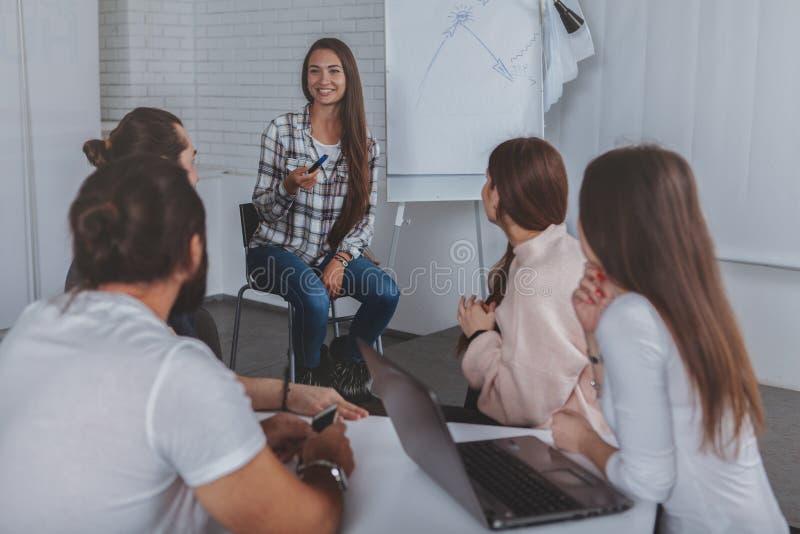 美丽的年轻女实业家主导的会议在办公室 图库摄影
