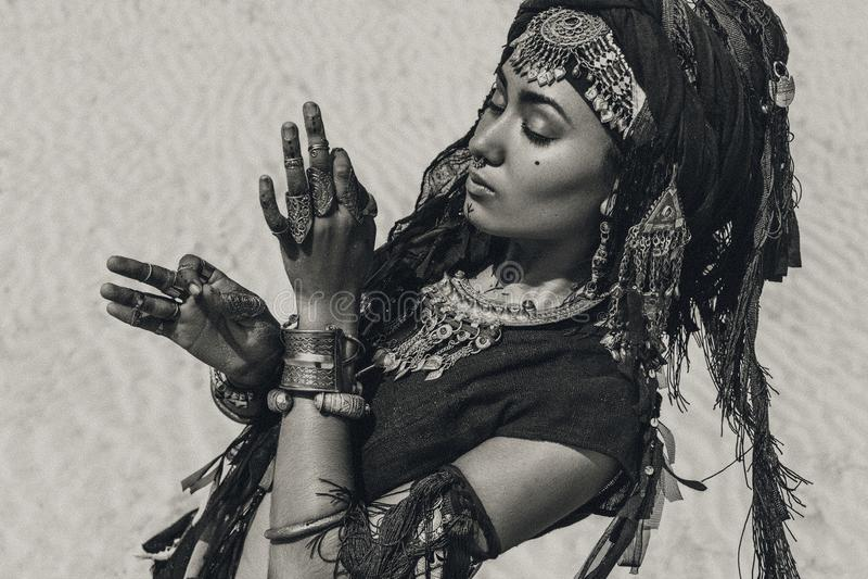 美丽的年轻时髦的部族舞蹈家 跳舞东方的服装的妇女户外 库存照片