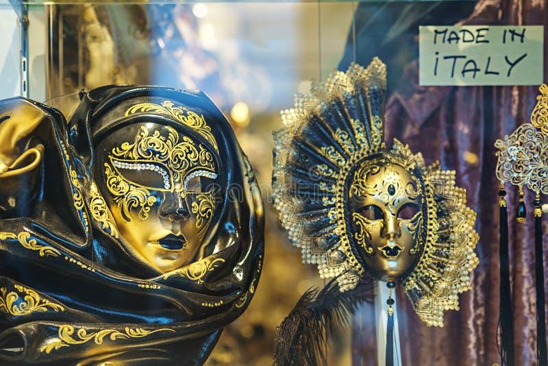 美丽的在狂欢节的金典雅的传统威尼斯式面具在威尼斯,意大利 威尼斯狂欢节面具,金子和黑,有选择性 免版税库存图片