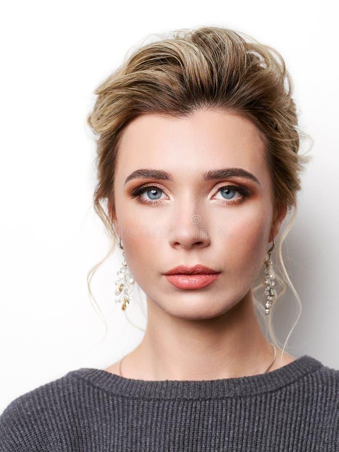 美丽的典雅的女孩画象有金发的,时髦称呼,美好的构成,光滑,摆在为化妆师的光滑皮肤 免版税库存照片