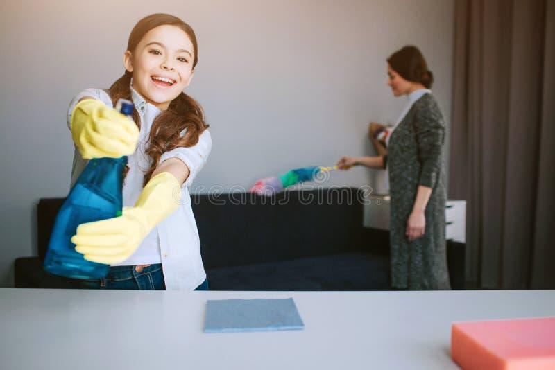 美丽的深色的白种人一起清洗在屋子里的母亲和女儿 在caera的好的滑稽的女孩psray神色和的用途 库存照片