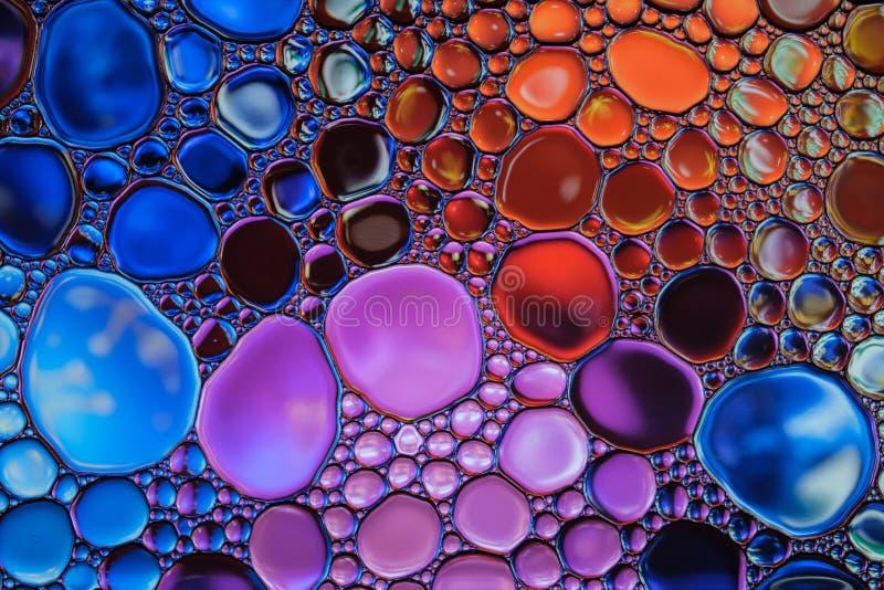 美丽的抽象水投下五颜六色的背景 免版税库存图片
