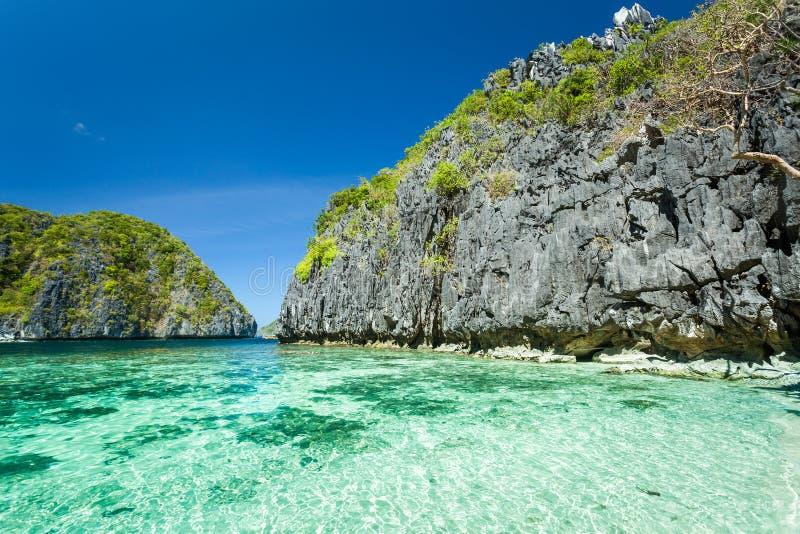 美丽的热带蓝色盐水湖 与海海湾和山海岛,El Nido,巴拉旺岛,菲律宾的风景风景 库存图片