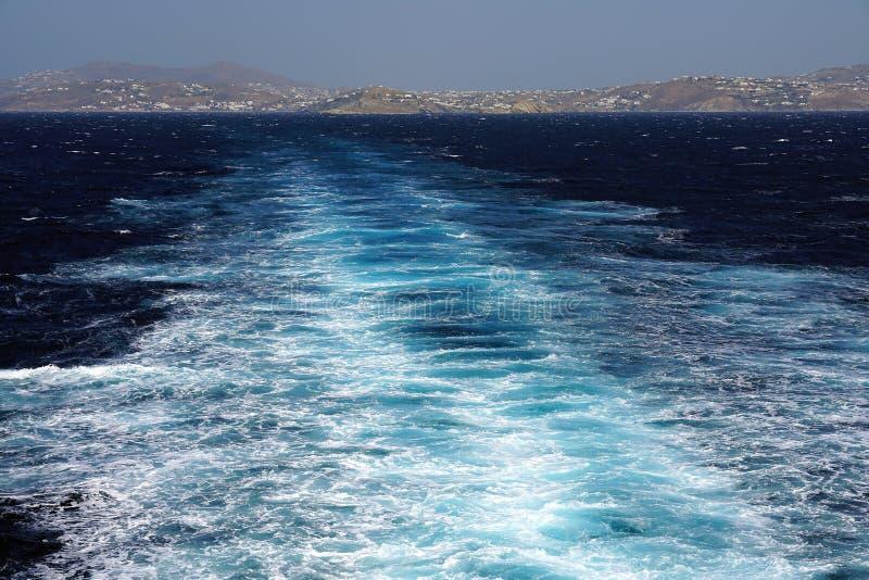 美丽的爱琴海的看法您能通过跳敬佩与从一个海岛的渡轮到另一个在基克拉泽斯 库存照片
