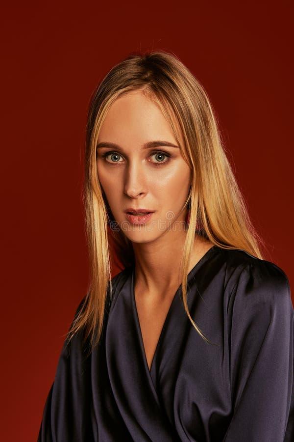 美丽的白肤金发的年轻女人画象的诱人的关闭燕尾服的 免版税库存照片
