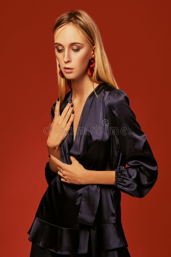 美丽的白肤金发的年轻女人画象的诱人的关闭燕尾服的 库存照片