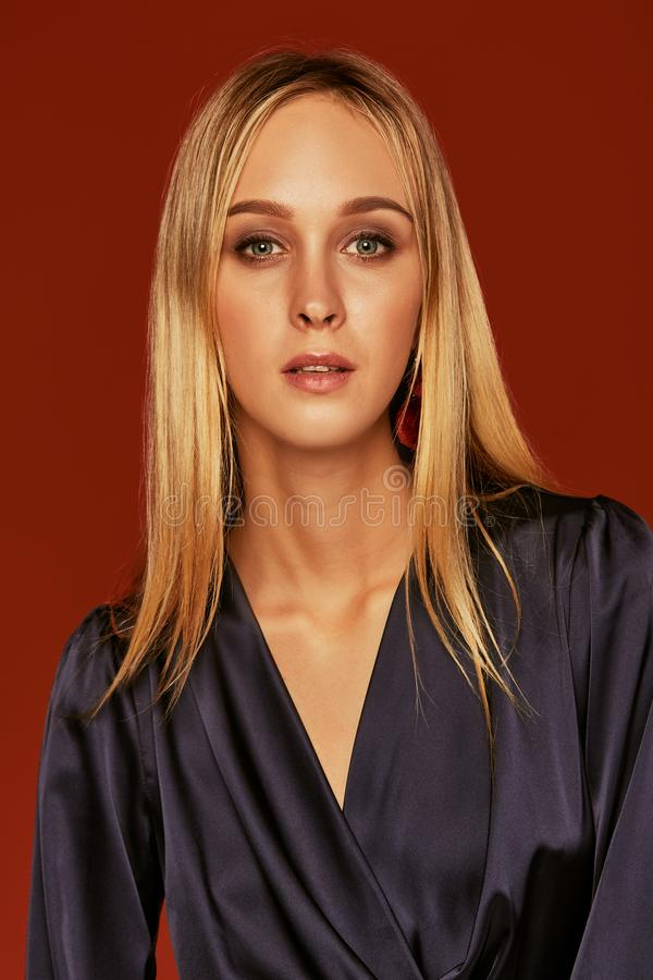 美丽的白肤金发的年轻女人画象的诱人的关闭燕尾服的 免版税库存图片