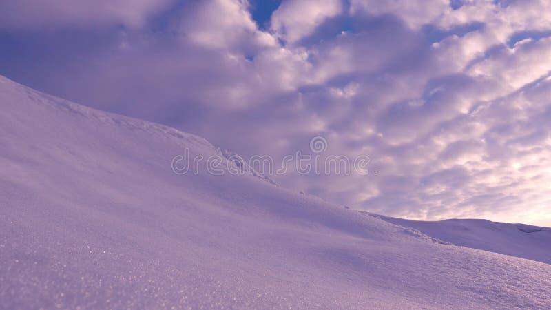 美丽的蓝色色的云彩横跨天空飞行在早晨在日出在北极 积雪的小山和高天空 免版税库存照片