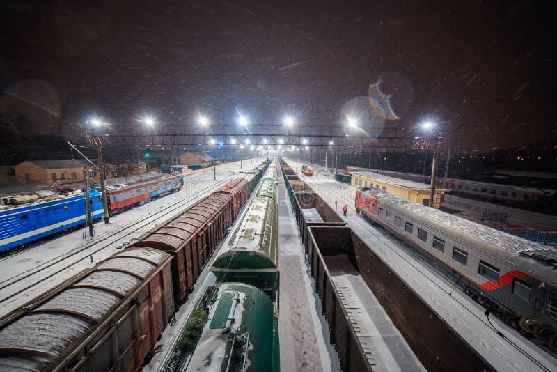 美丽的铁路在晚上在冬天 库存图片