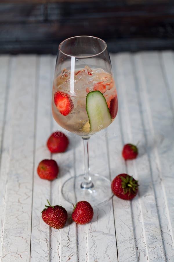 美丽,明亮的春天夏天鸡尾酒由新近地被紧压的水果和蔬菜做了,在顶楼背景 免版税图库摄影